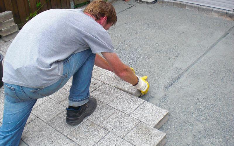 Pflasterarbeit an einer Terrasse