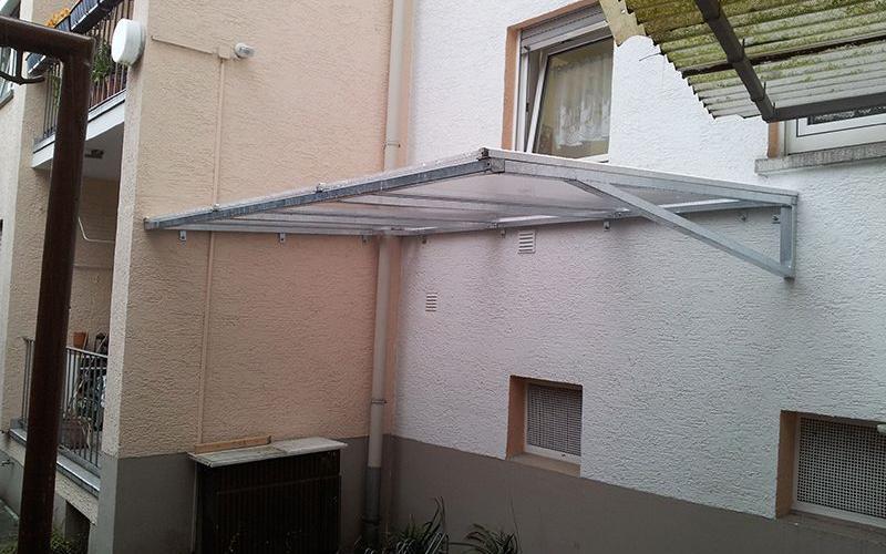 Vordach mit Fahrradabstellplätze