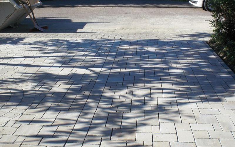 Parkplatz mit eingelassenem Ornament