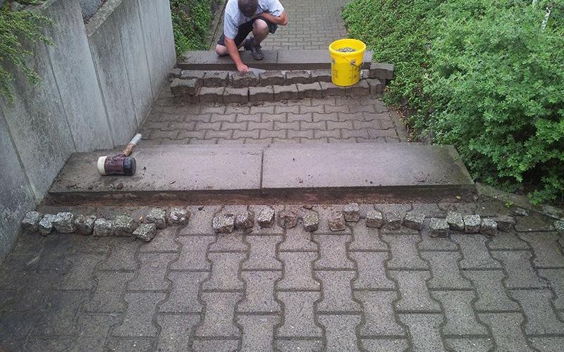 Pflasterarbeit an Treppenstufen