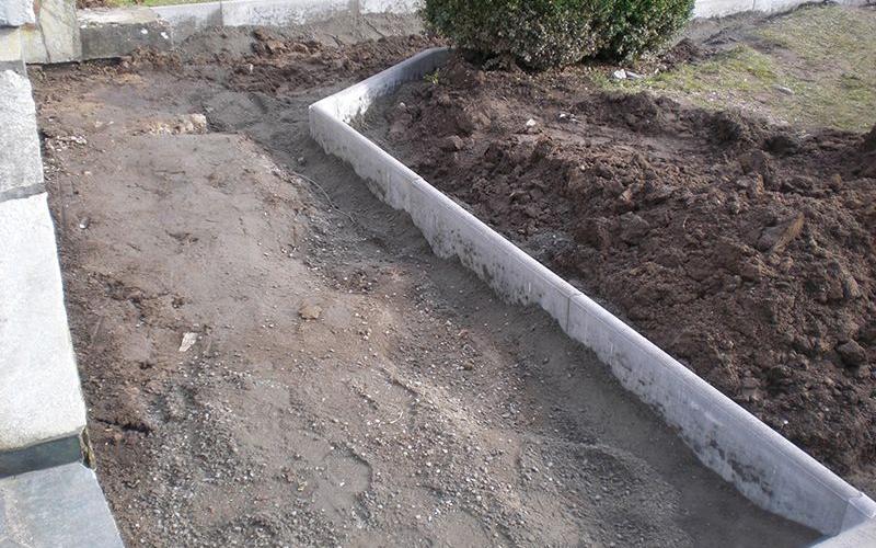 Pflasterarbeit in einem Garten